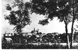 Widok miasta, na wzgórzu kościół, zdjęcie czarno-białe
