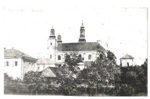 Czarno-białe zdjęcie kościoła z trzema wieżami