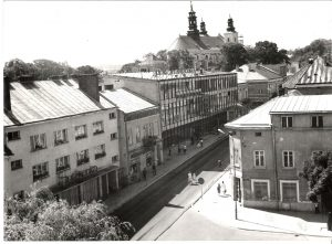 Czarno-białe zdjęcie pokazujące centrum miasta z lotu ptaka