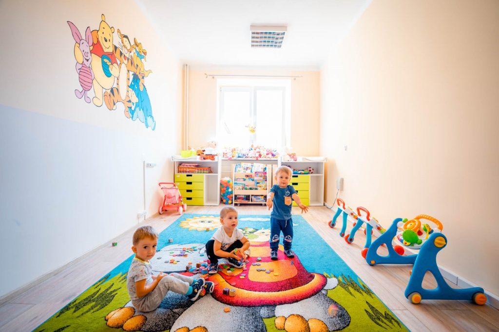 Twójka dzieci w kolorowej sali żłobka