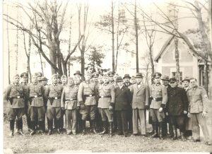 Czarno-białe zdjęcie cywilow i wojskowych w niemieckich mundurach