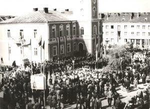 Czarno-białe zdjęcie dużego zgromadzenia ludzi na placu
