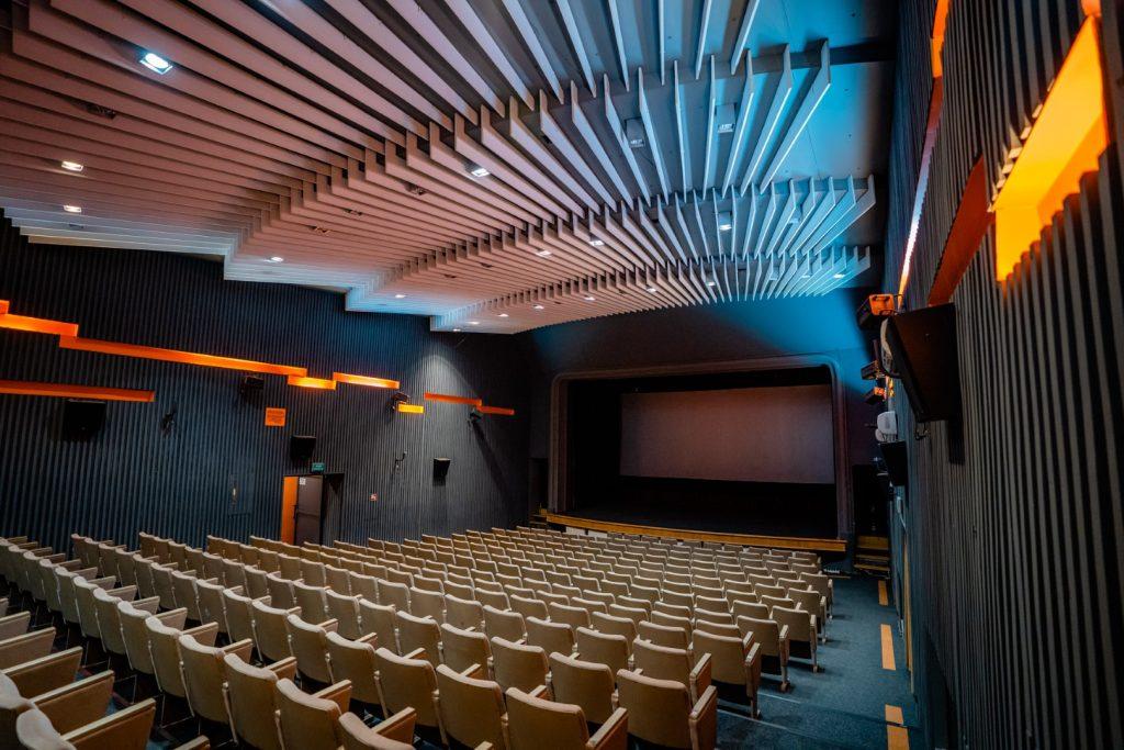 Pusta sala kinowa, kolorowo iluminowana