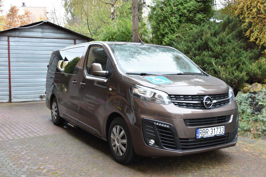 Samochód marki Opel koloru brązowego dostosowany dla osób niepełnosprawnych.